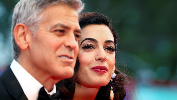 Film Suburbicon v Benátkách uvedl režisér George Clooney (vlevo) doprovázený manželkou Amal. Před třemi měsíci se jim narodila dvojčata Ella a Alexander.