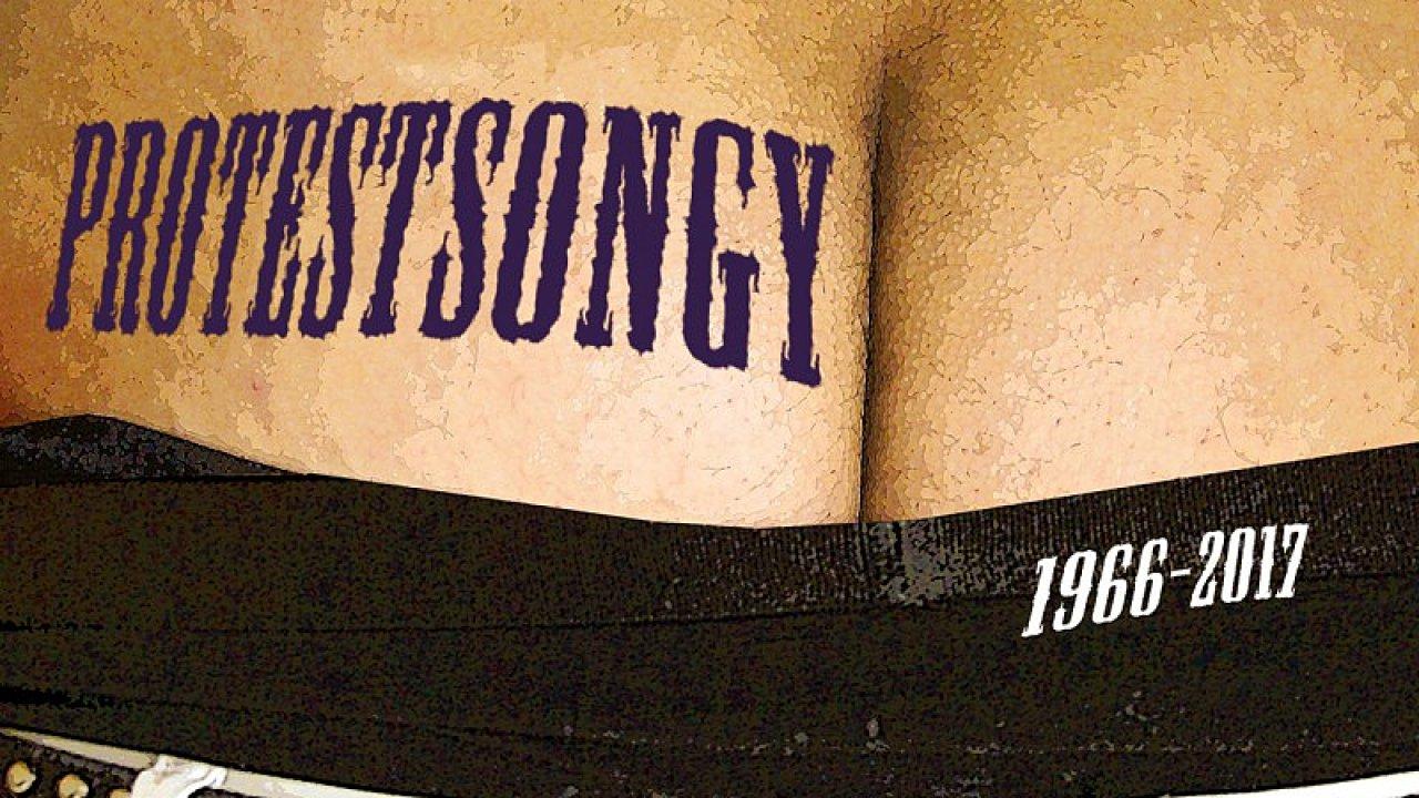 Autoři alba Protestsongy 1966-2017 (na snímku je jeho obal) připomínají citát Karla Kryla: Když člověk vidí špatné věci, je blbost mlčet.
