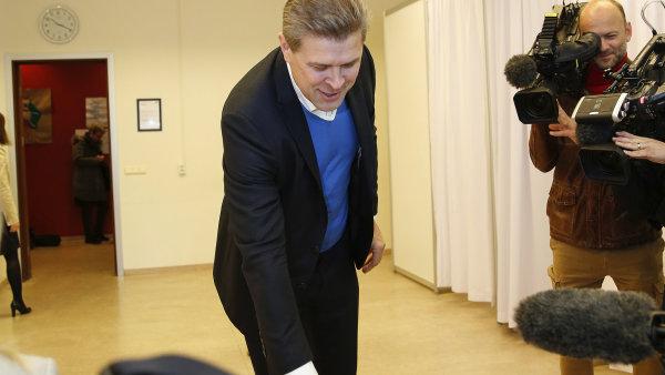 Dosavadní islandský premiér Bjarni Benediktsson hází svůj hlas do volební urny.