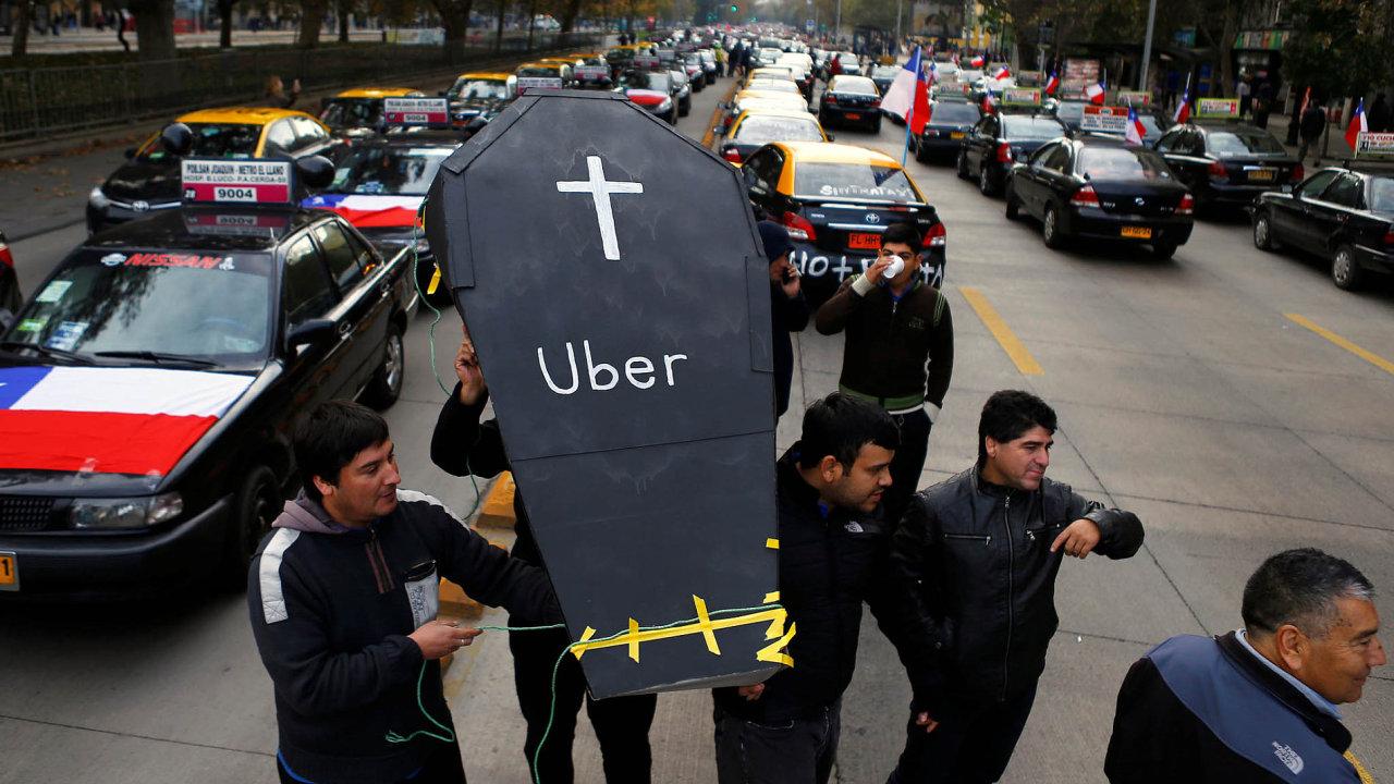 Nejen v Čechách řidiči taxi protestují proti sdílené službě Uber. Snímek z ulic Santiaga v Chile z května 2016.