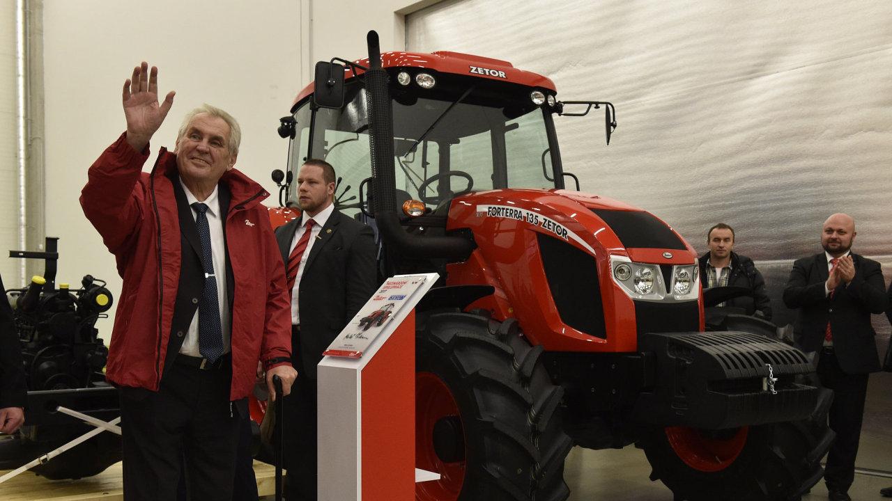 Zeman navštívil továrnu na traktory. Díky prezidentovi jsme se prosadili na ruském trhu, říká nadšeně vedení Zetoru.