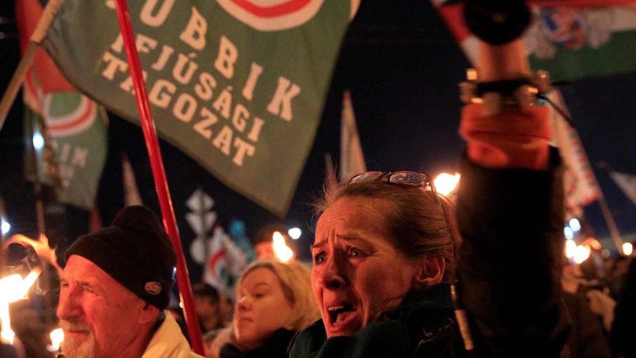 Nademonstraci před sídlem Fideszu minulý týden, kterou svolal opoziční Jobbik, vedle vlajek EU vlály iprapory odkazující kmaďarským fašistům.