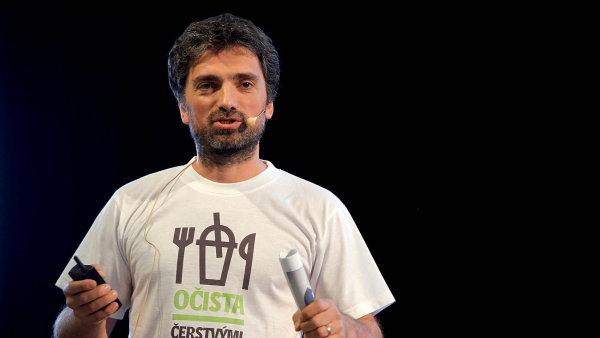 """Značku Kofola """"resuscitovala"""" rodina řeckého rodáka Kostase Samarase, která v roce 1993 koupila sodovkárnu státního podniku Nealko Olomouc v Krnově. Firmu dnes vede Jannis Samaras."""
