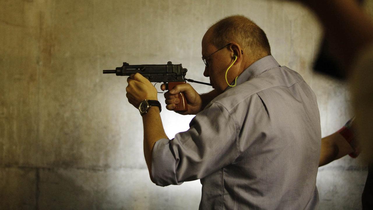 Sněmovna rozhodla: držet zbraň bude ústavním právem.