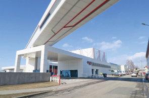 Nový ocelový most o délce 164 metrů s monorailovou dráhou spojuje oba areály pivovaru Budvar.