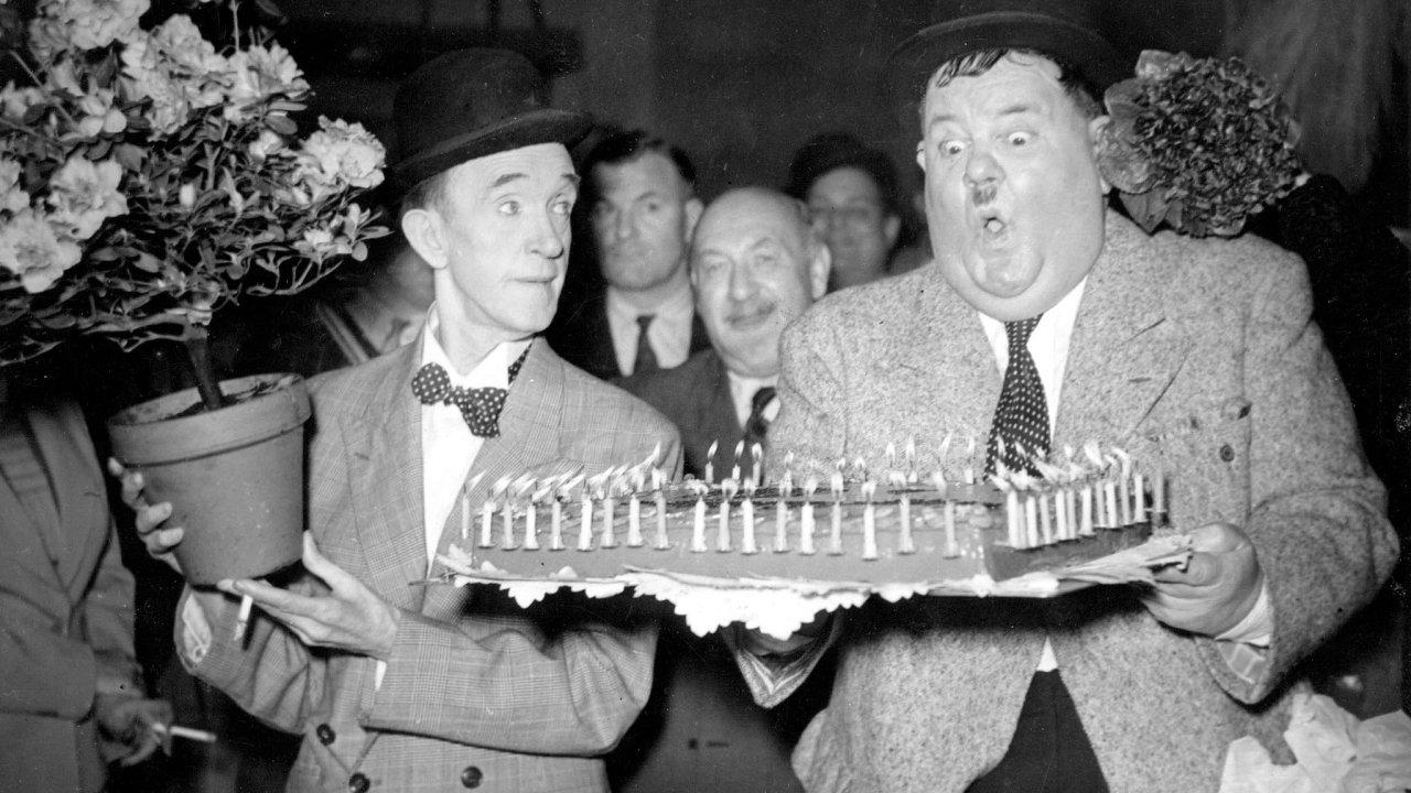 Narozeninový dort s 58 svíčkami dostali roku 1951 komici Stan Laurel a Oliver Hardy.