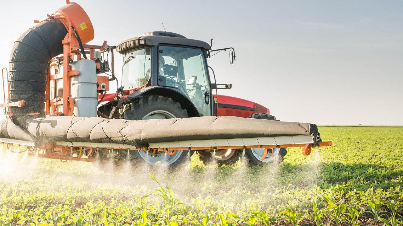 Sporný přípravek. EU loni prodloužila licenci napoužití glyfosátu opět let. Některé země jako Francie nebo Belgie byly ale proti.