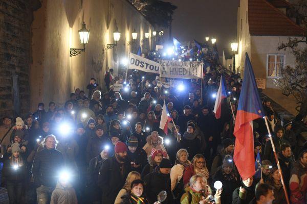 Průvod demonstrantů se vydal od Pražského hradu na Staroměstské náměstí, kde se uskutečnila protivládní demonstrace.