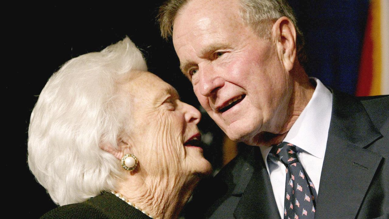 George Bush starší s manželkou Barbarou v roce 2002.