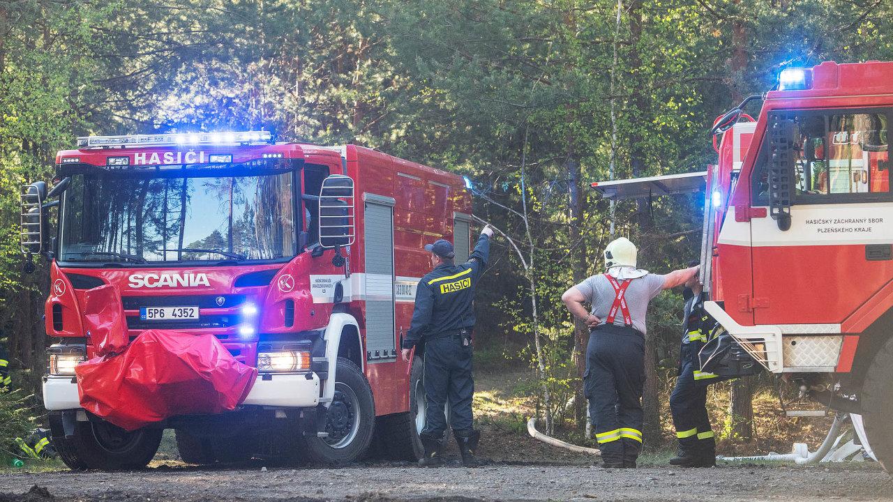 Šest hektarů v plamenech. Hasiči vpondělí zasahovali upožáru lesa okolo vrchu Krkavec nedaleko Chotíkova uPlzně.