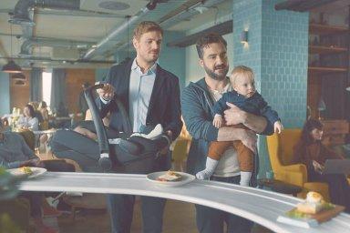 Británie zakázala reklamy kvůli stereotypnímu pohledu na muže a ženy. V jedné z nich zapomněl otec dítě v jídelně.