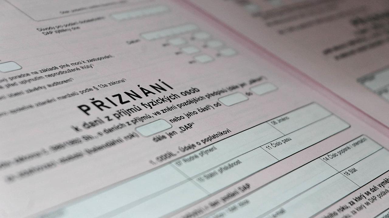 Ministryně financí Alena Schillerová (zaANO) slibuje, že pomocí elektronického podávání daňového přiznání skončí nafinančním úřadě nekonečné fronty.