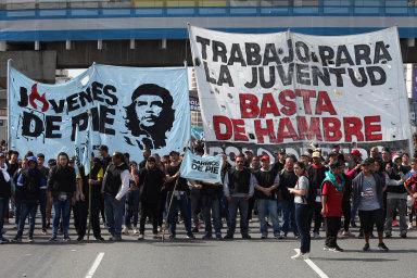 Argentinci se bouří kvůli špatné ekonomické situaci v zemi, 28. srpna zablokovali na čtyři hodiny dálnici v Buenos Aires.