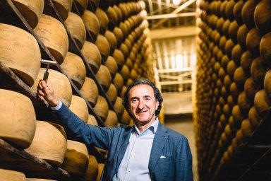 Mezi miliony. Roberto Brazzale veskladu sýrů Gran Moravia. Jeden bochník váží průměrně 37,5 kila amaloobchodní cena vyzrálého kusu je vpřepočtu přes 10 tisíc korun.