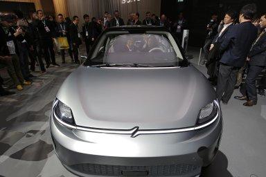 Půjde dovýroby? Sony vLas Vegas představilo koncept elektromobilu Vision-S. Zatím není jasné, zda ho firma bude vyrábět, nebo zda konceptem jen upozorňuje nasvé nové technologie.
