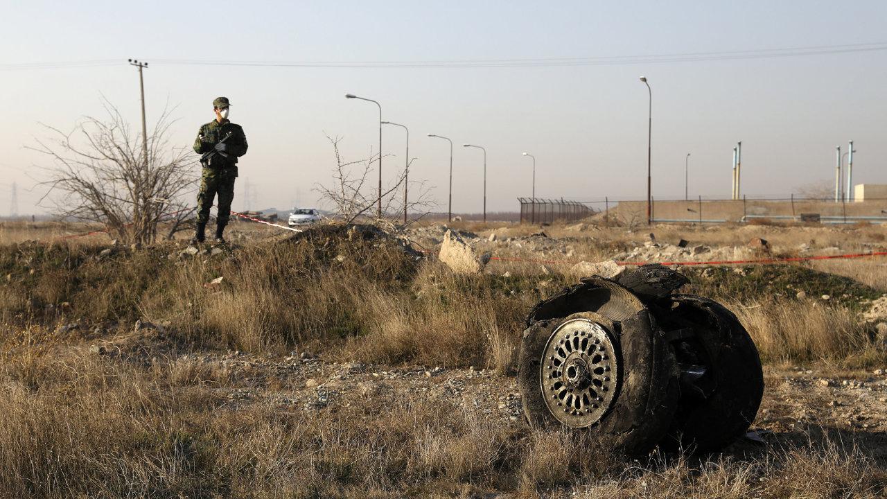 Trosky ukrajinského letadla, které havarovalo jihozápadně od Teheránu. Všech 176 lidí na palubě zemřelo.