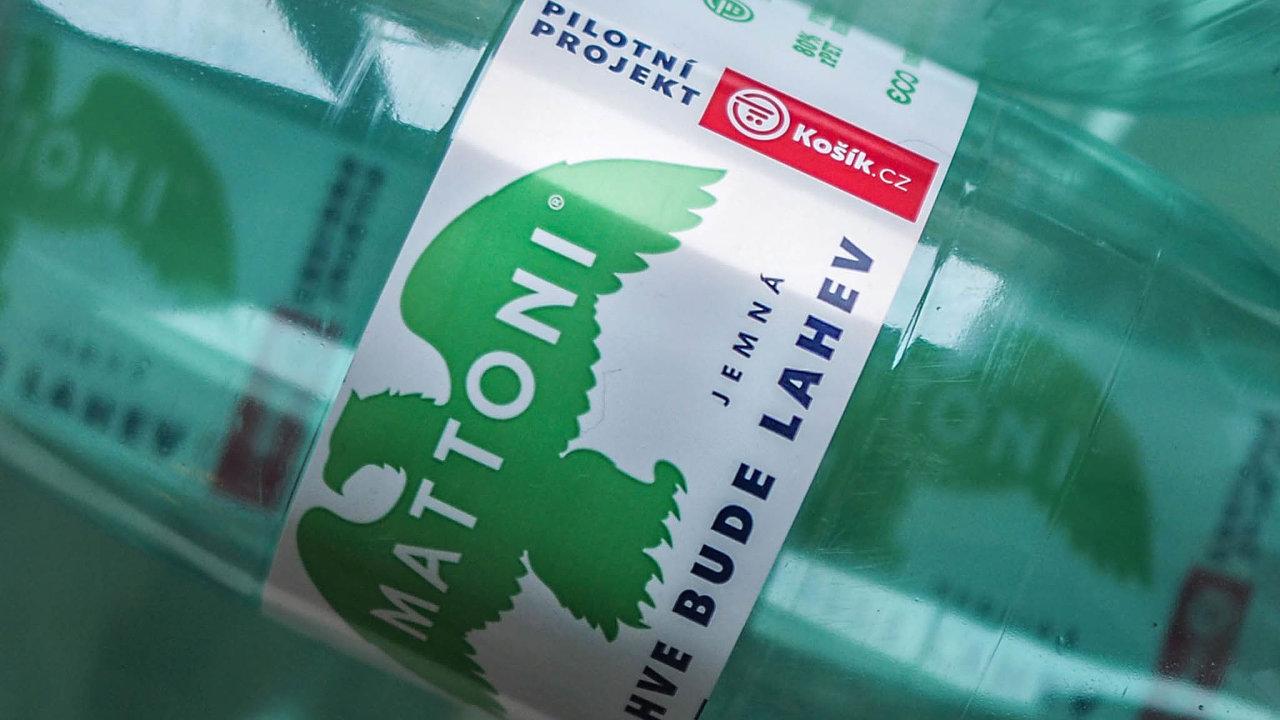 Vratné lahve. Mattoni slibuje, že lahev se zálohou se znovu zpracuje nadalší PET lahev aže se tak dá použít až padesátkrát.