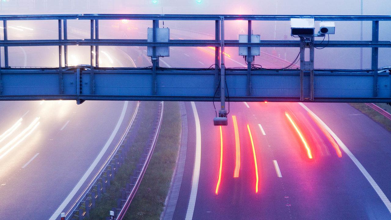 Nově elektronicky: elektronické dálniční známky začnou řidiči využívat odroku 2021. Zda zaplatili, budou kontrolovat policisté přímo nadálnici. Vbudoucnu se kekontrole mají využít imýtné brány.