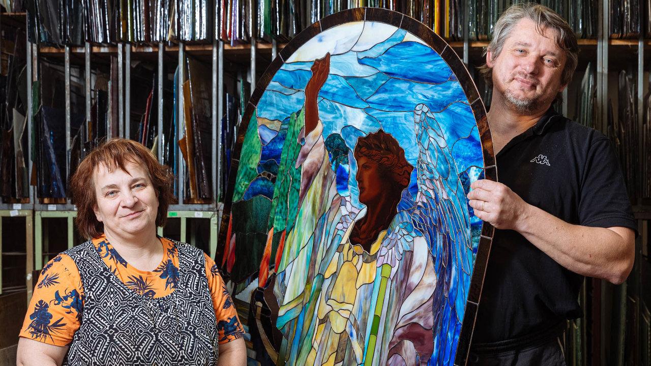 Archanděl Gabriel. Vitráž spostavou archanděla namalovala Jitka Kantová pro kostel sv.Jiljí vLibyni, který manželé opravili anyní vněm provozují muzeum.