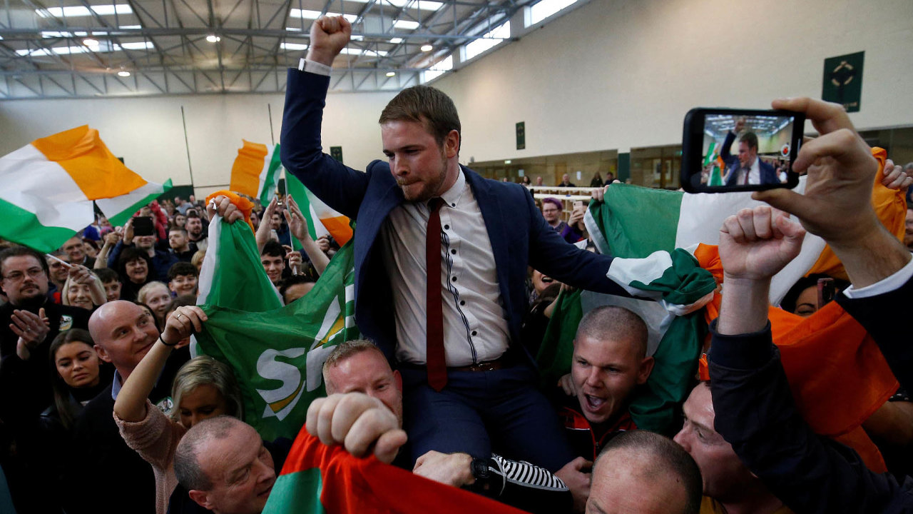Vyhrané volby. Kandidát vítězné strany Sinn Féin Donnchadh O'Laoghaire slaví úspěch ve volbách s voliči v Corku.