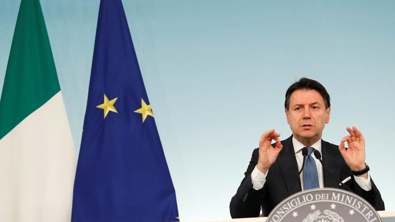 Premiér Giuseppe Conte vyzývá Italy, aby se vyhnuli kontaktům sdalšími lidmi araději co nejvíce zůstávali doma.