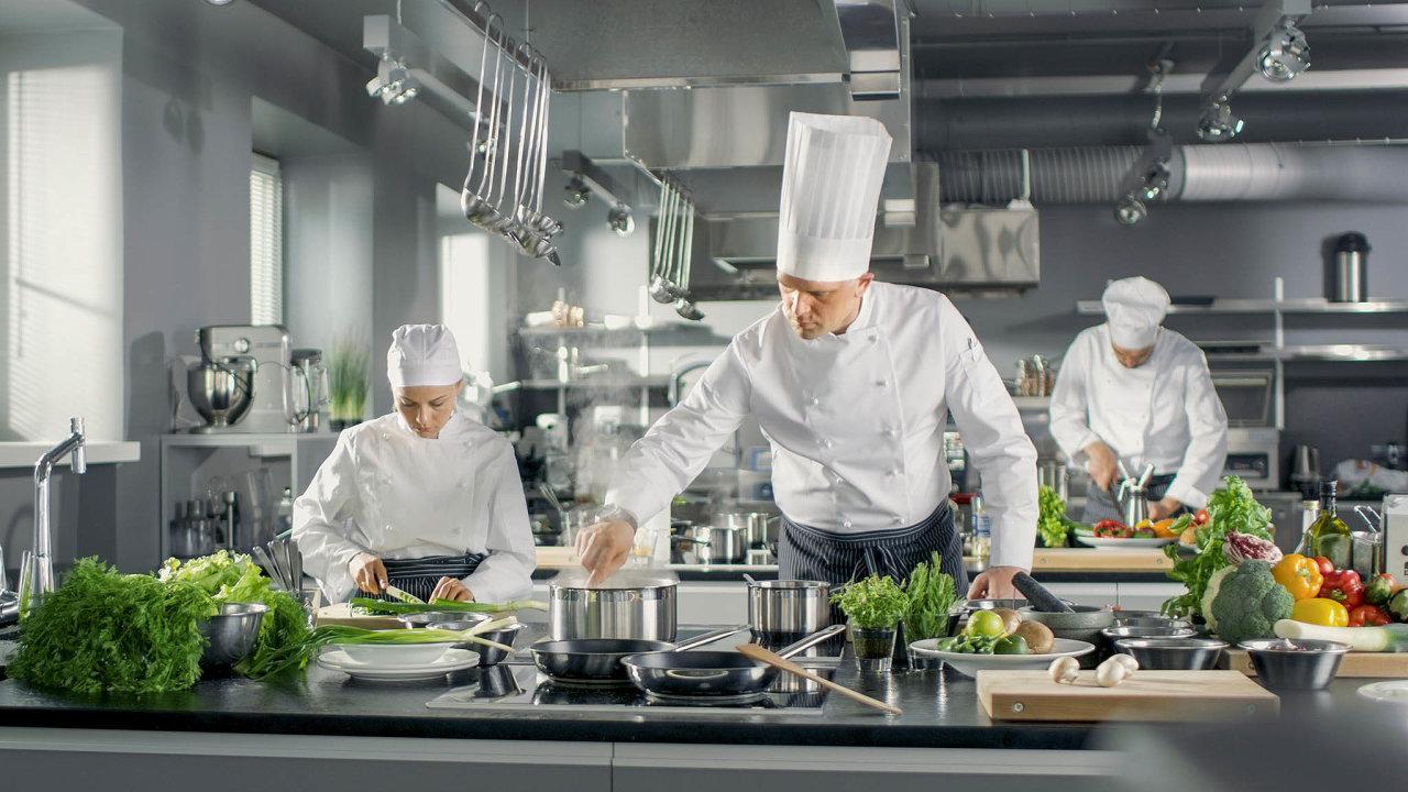 Vprofesionální kuchyni pestré barvy nehledejte. Vevětšině případů zde vládne šeď nerezové oceli.