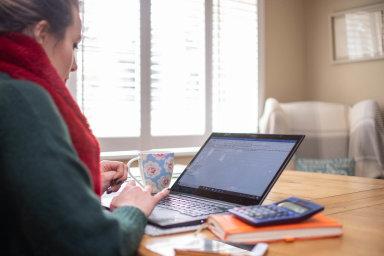 Někteří studenti, kteří vyrazili na Erasmus, dokončují kvůli koronaviru výuku v Česku on-line.