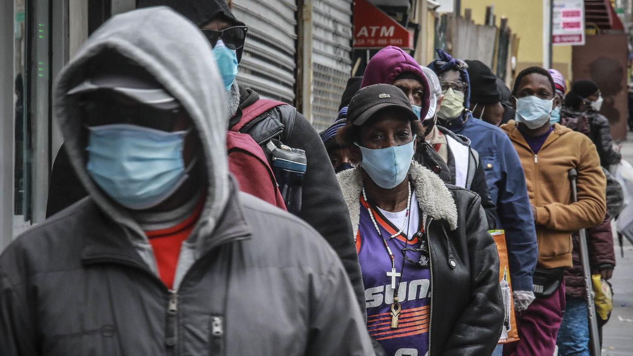 Koronavirus vNew Yorku: Distribuce roušek ajídla obyvatelům newyorské čtvrti Harlem.