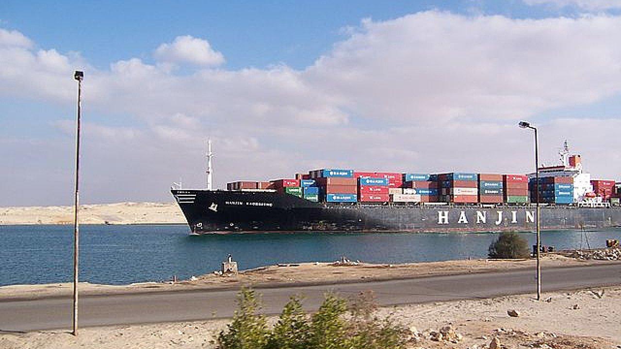 Kontejnerová loď v Suezském průplavu.