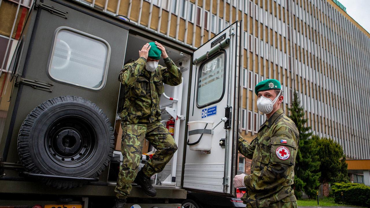 Armádní zdravotníci přijeli 23. května 2020 na pomoc s plošným testováním zaměstnanců Dolu Darkov na Karvinsku.
