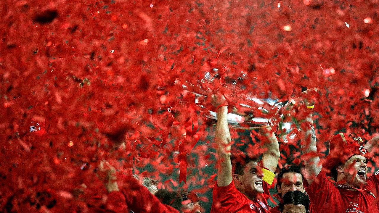 Vroce 2005 vyhrál Steven Gerrard sLiverpoolem Ligu mistrů (nasnímku spohárem nad hlavou). Slavili sním ičeští hráči Vladimír Šmicer (vlevo) aMilan Baroš (uprostřed).