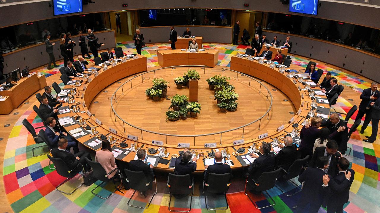Tak komu pomůžeme? Rozhodování politiků orozdělování peněz EU je složité amotivy mohou být různé. Lídři zemí EU namimořádném summitu vBruselu.