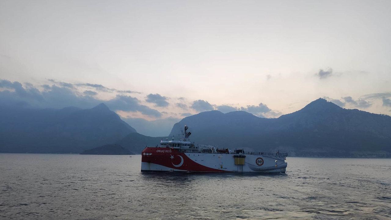 Řecko-turecké vztahy se vyhrotily poté, co Ankara ovíkendu vyslala dosporné oblasti loď Oruc Reis aněkolik dalších plavidel specializovaných naseizmický průzkum mořského dna.