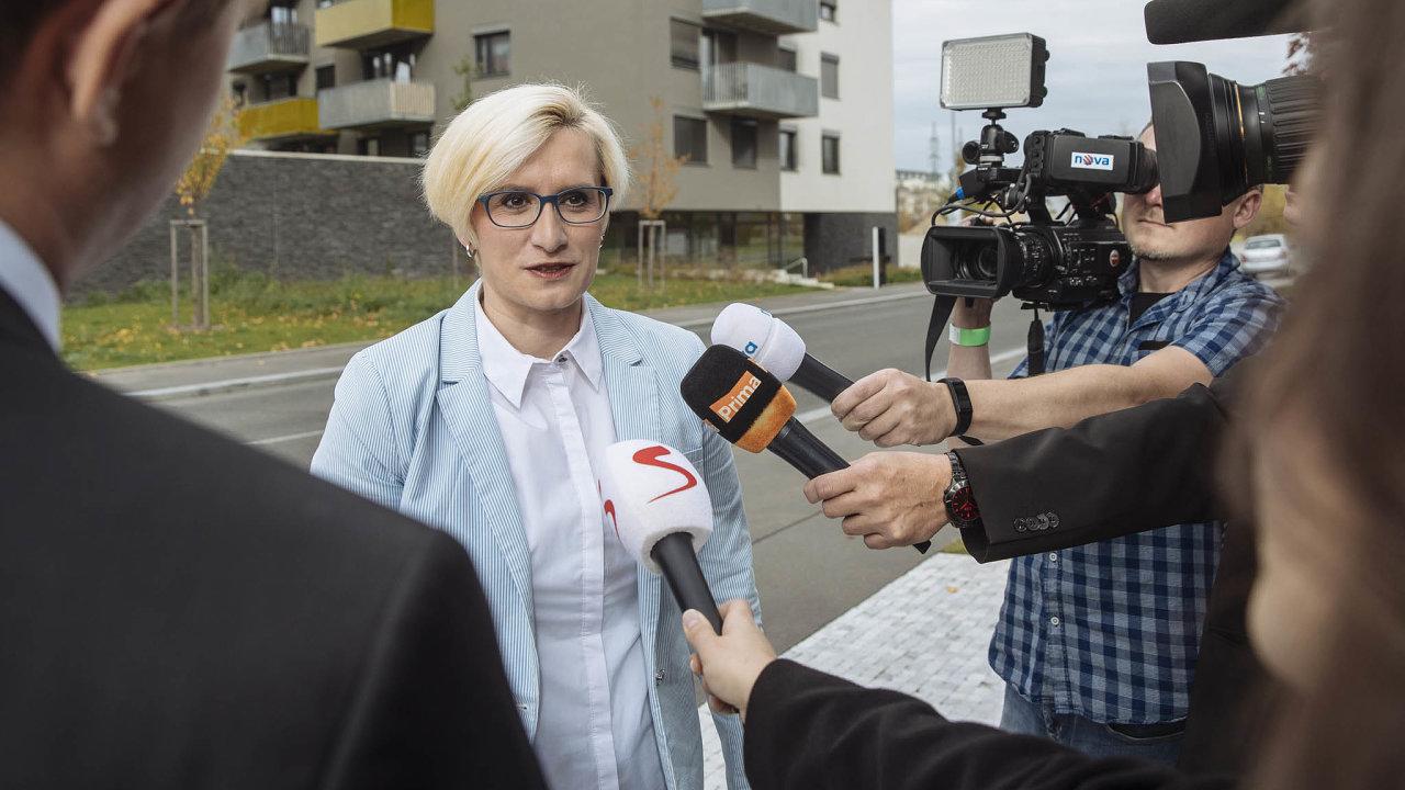 V poslaneckém klubu hnutí ANO se vyskytla nákaza koronavirem. Onemocněla bývalá ministryně obrany a pro místní rozvoj Karla Šlechtová.
