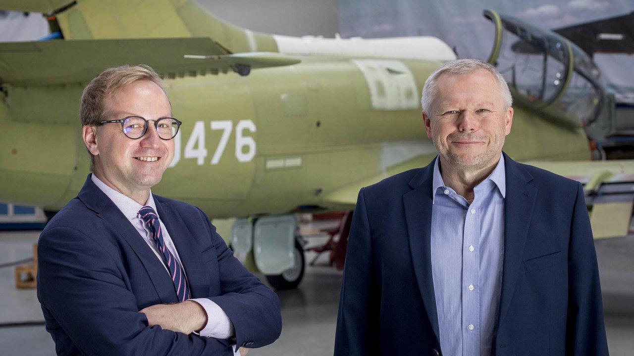 Jakub Hoda (vlevo) má vAeru Vodochody nastarosti obchod. Šéfkonstruktér letounu L-39NG Jaromír Lang (vpravo) patří mezi nejdéle sloužící zaměstnance, dofirmy nastoupil vroce 1986.