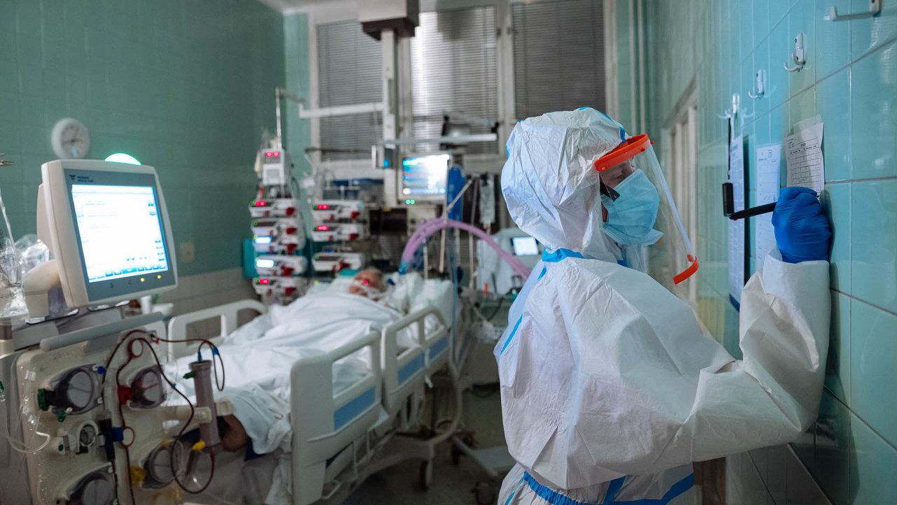 Boj s virem: V případě, že nemoc způsobená koronavirem zasáhne člověka těžce, je nutné starat se o něj na jednotce intenzivní péči. Část lidí nepřežije bez umělé plicní ventilace.