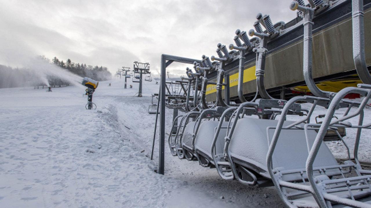 V Česku je okolo 150 větších lyžařských středisek. Vláda jejich provoz povolila loni 18. prosince. Kvůli zhoršení pandemické situace musely skiareály o devět dnů později vleky opět vypnout.