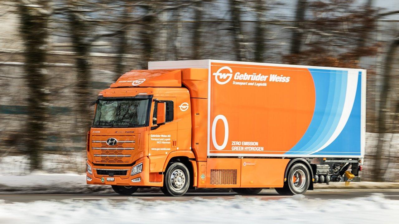 Nákladní vůz na vodíkový pohon v barvách Gebrüder Weiss.