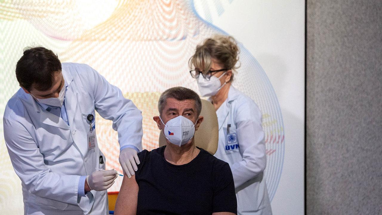 Kdy přijde řada nadalší? Andrej Babiš hází pomalé očkování nahlavu kdekomu. Mezi viníky ale patří ion sám.