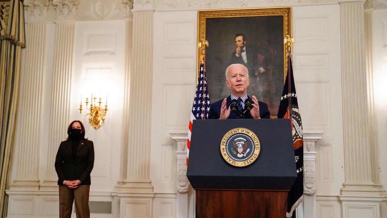 Americký prezident Joe Biden s viceprezidentkou Kamalou Harrisovou nastartovali rychle očkování i ekonomickou obnovu po pandemii.