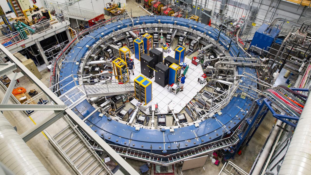 V zařízení Muon g-2 vědci v americkém Fermilabu měří viklání mionů v magnetickém poli. A s pravděpodobností 99,9975 procenta nalezli důkazy pro pátou elementární sílu.