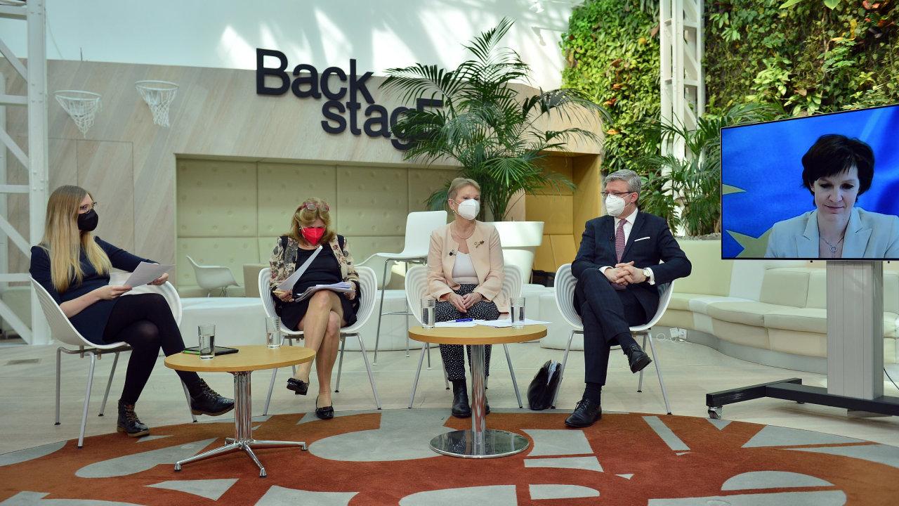 Na konferenci Prosperující Česko diskutovali (zleva) moderátorka Aneta Zachová, ekonomka Eva Zamrazilová, náměstkyně MMR Daniela Grabmüllerová, ministr Karel Havlíček a ekonomka Pavlína Žáková.