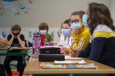 Vláda řeší podmínky návratu dětí do škol. Od pondělí se budou žáci prvních stupňů základních škol testovat na koronavirus jen jednou týdně. Žáci druhého stupně dvakrát týdně.