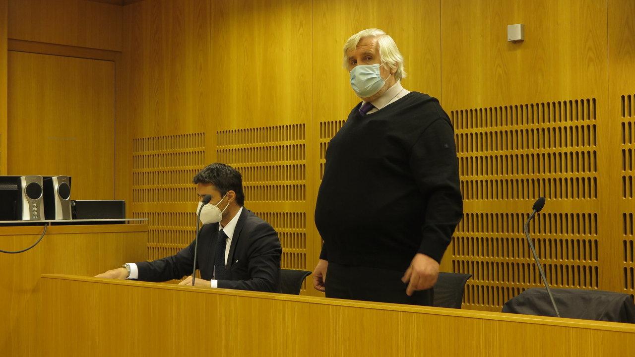 Soudní znalec Milan Fiala dluží již takřka tři čtvrtě milionu korun na službách za bydlení, jako jsou teplo, voda, odvoz popelnic či úklid domu.