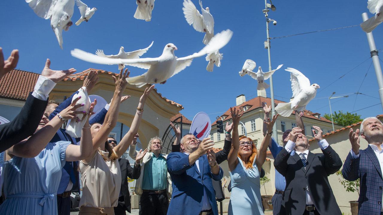 Zahájení kampaně Trikolóry, Svobodných a Soukromníků se neslo v ptačích motivech. Symbolem nového uskupení má být pírko, holubice zase mají odkazovat na téma svobody.