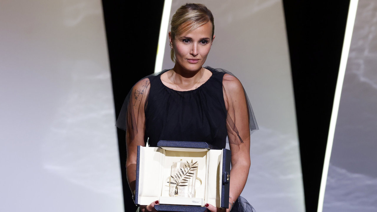 Zlatou palmu v Cannes získal snímek Titane francouzské režisérky Julie Ducournauové.