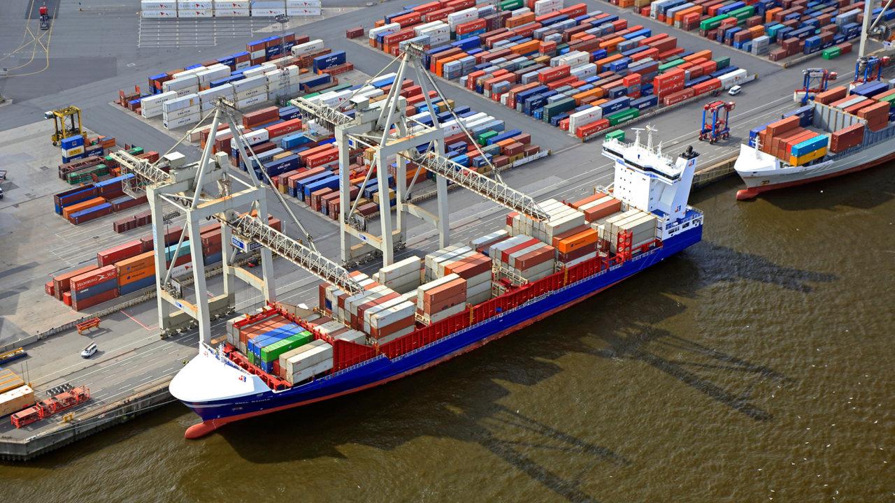 Překlad kontejnerů v hamburském přístavu.