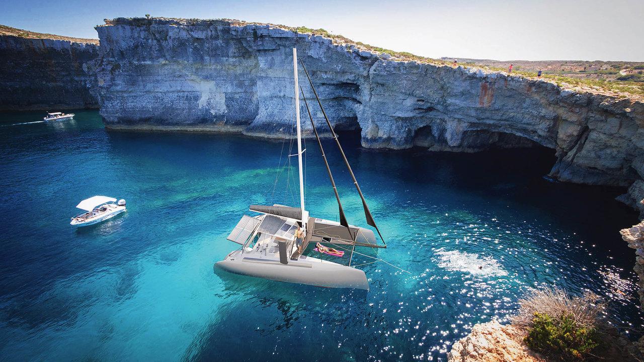 Independent Catamaran měl začátkem září premiéru na prestižním jachtařském festivalu v Cannes, mezi smetánkou lodní dopravy.