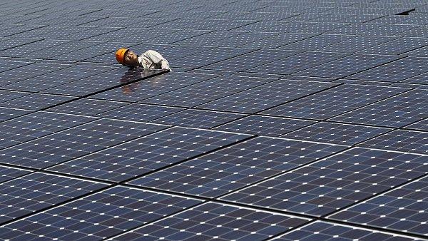 Ilustra�n� foto - Pracovn�k kontroluje panely sol�rn� elektr�rny.