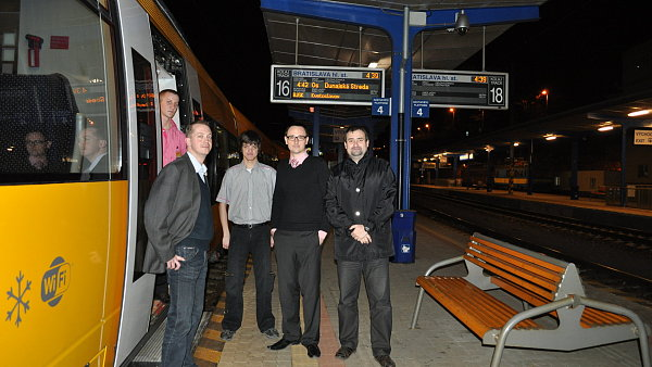 Odjezd prvního ranního vlaku RegioJet z Bratislavy. Na snímku Jiří Schmidt, obchodní ředitel RegioJet (vlevo) a Marek Bičan - ředitel RegioJet Slovensko (druhý zprava).